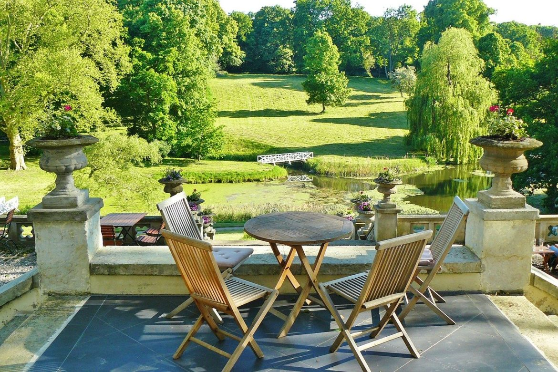 Záhradný nábytok je vhodný aj na jeseň